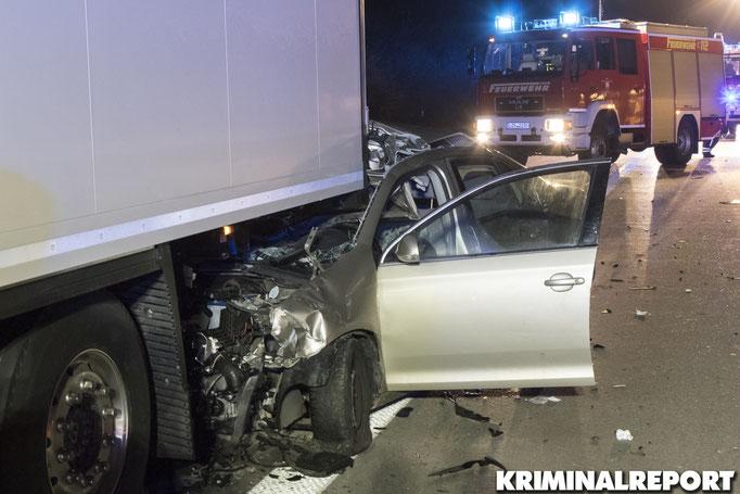 Der VW Jetta schob sich unter den Auflieger des LKW.||Foto: Franz Talke