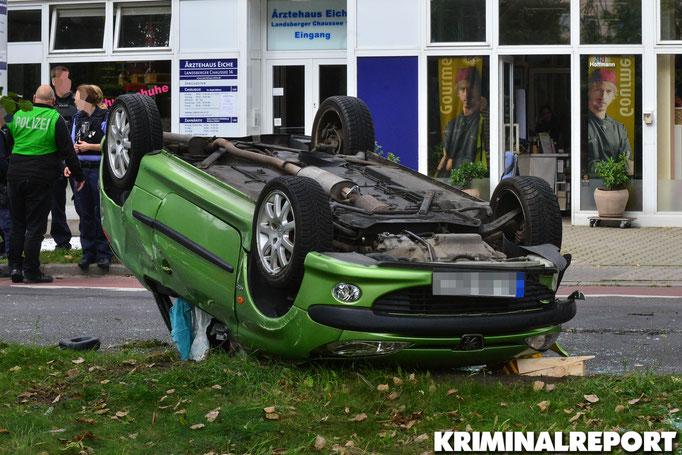 Der Peugeot überschlug sich nach dem Zusammenprall mit dem Audi. Foto: Dennis Brätsch