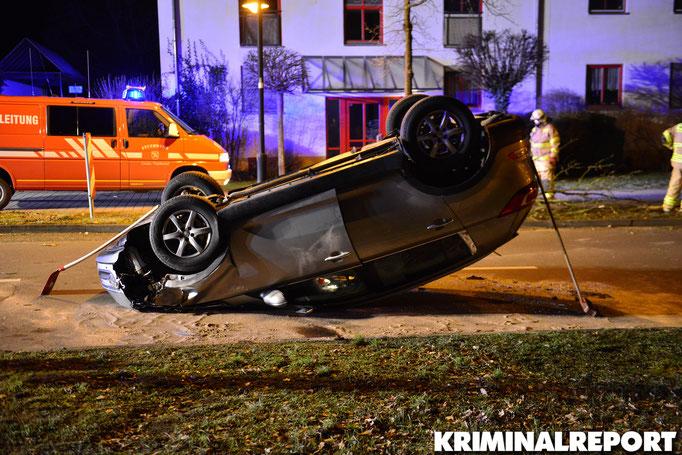 Der PKW überschlug sich, kam auf dem Dach zum liegen. Foto: Kevin Wuske