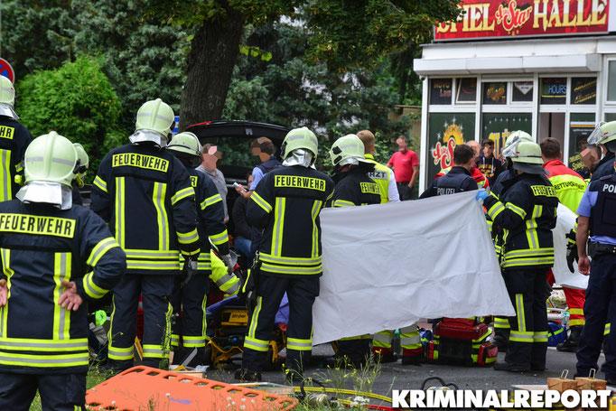 Der Rettungsdienst behandelt die Verletzten Personen.|Foto: Dennis Brätsch