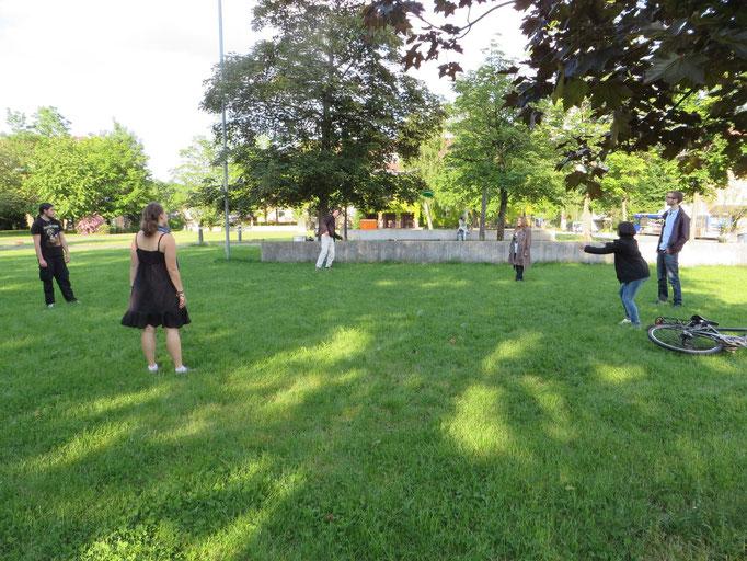 Nach dem Sitzen ist Bewegung beim Frisbee-Spielen angesagt!