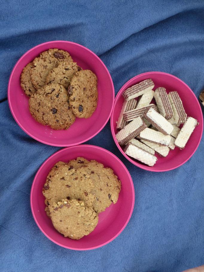Mannerschnitten und glutenfreien Oatmeal-Raisin-Cookies in zwei verschiedenen Süßungsgraden.