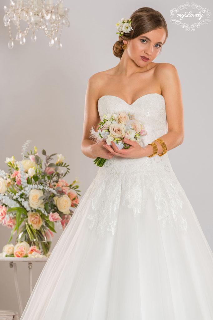 Brautmode NEU elegant feine Spitze bei München Haar Cecile Knopfleiste