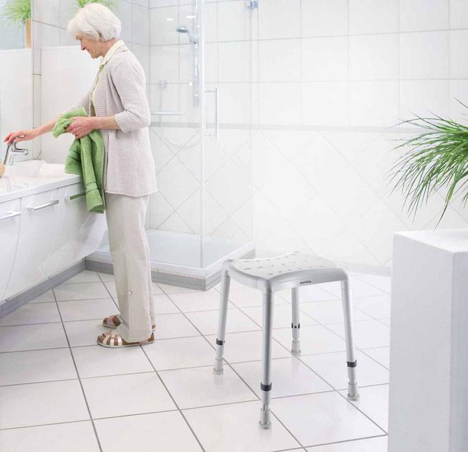 Ein kompakter platzsparender Duschhocker im Bad oder Dusche, wenn der Platz für einen großen Duschstuhl nicht ausreicht