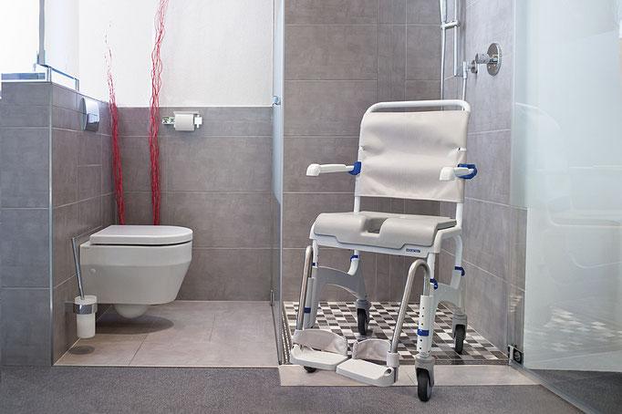 Unsere faltbaren oder festen Dusch-Toilettenrollstühle zum Schieben bieten Ihnen mehr Flexibilität bei der täglichen Hygiene. Kaufen Sie beim reha team Saggau, Ihr Fachgeschäft vor Ort für Sanitätsbedarf!