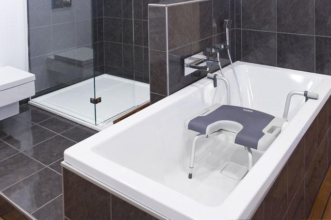 Hilfreicher Badewannensitz für Senioren - mit und ohne Rückenlehne