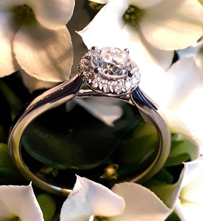 ring-eternity-brillant-diamant-hier in weissgold-1 halbkaraeter-0,56 carat-10 kleine brillanten