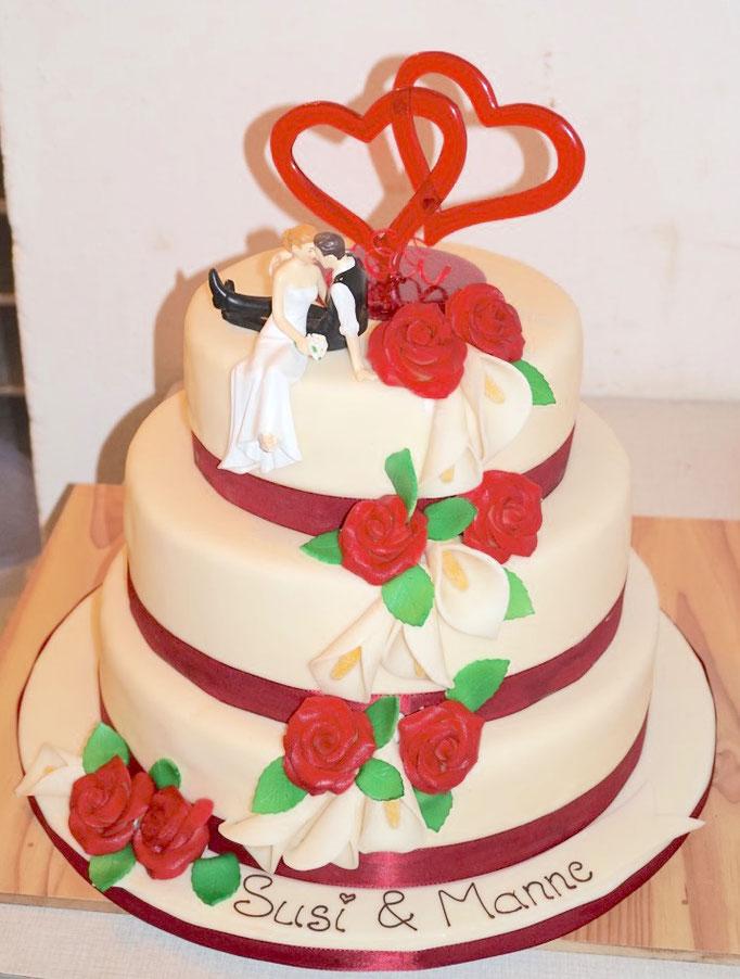 Hochzeitstorte mit Callas und Rosen und Zuckeraufsatz