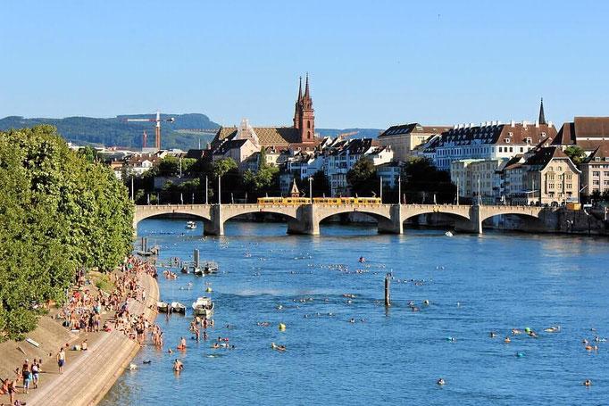 Rheinufer und hinten Mittlere Brücke und Münster