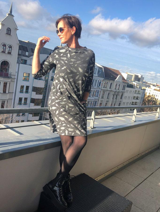 Jerseykleid A-Linie grau mit silbernen Glitzerfedern Gr. M für 80,00 Euro