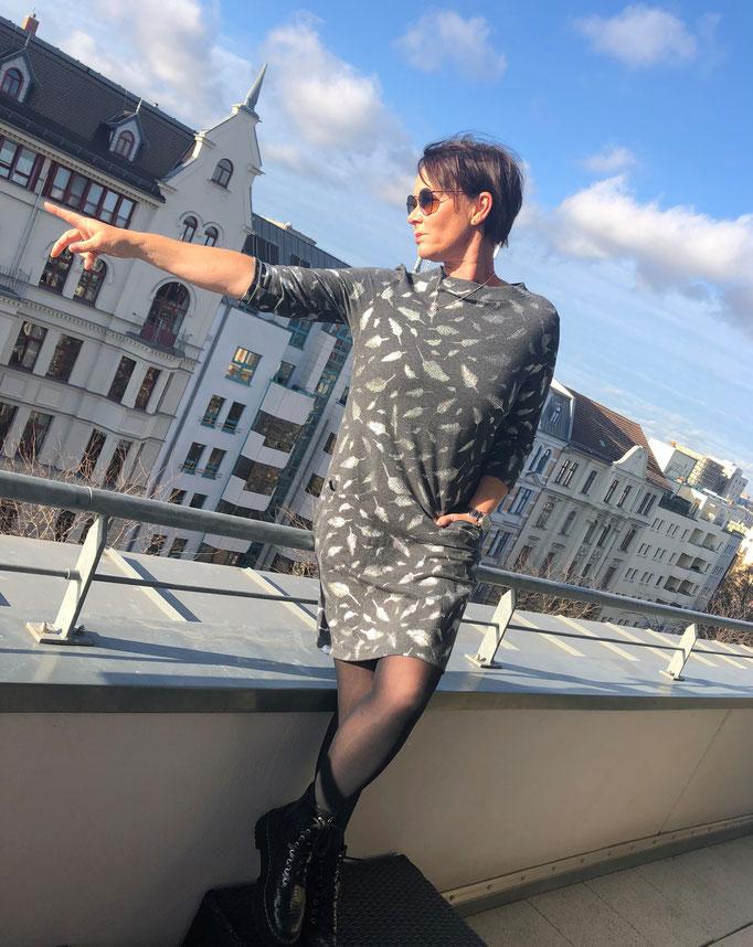 Jerseykleid A-Linie grau mit silbernen Glitzerfedern Gr. M für 95,00 Euro