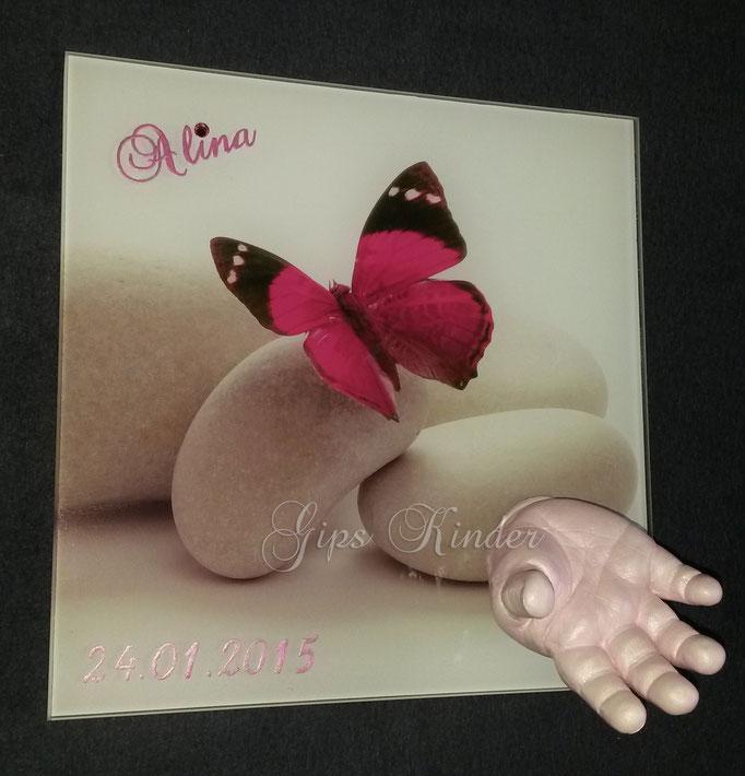 Handabdruck auf Fliesenfoto mit Schmetterling in pink