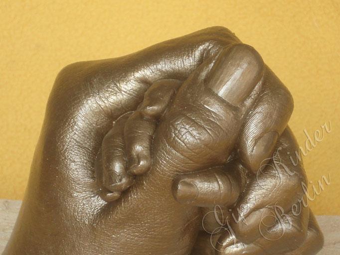 Mama-Babyhand Bronze - Detail