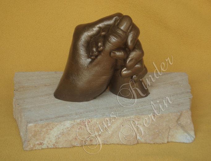 Mama-Babyhand Bronze auf Schiefergestein