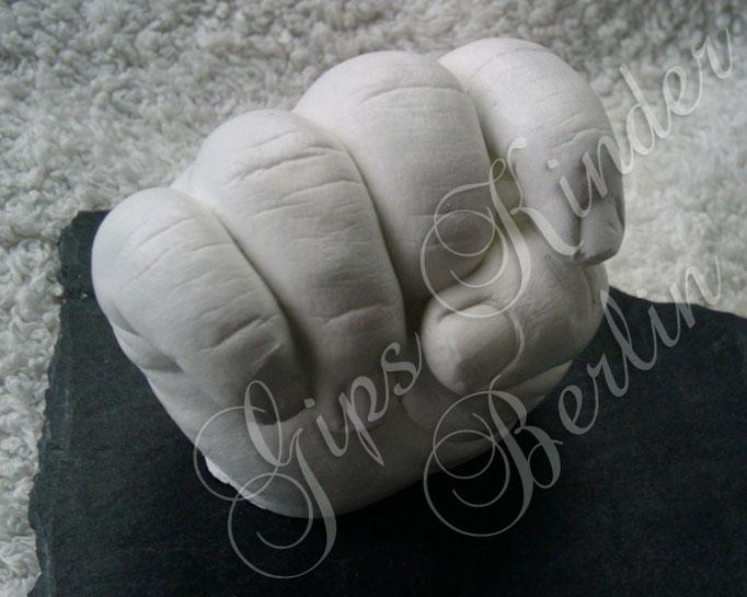 Babyhand auf Schieferplatte - Detailfoto