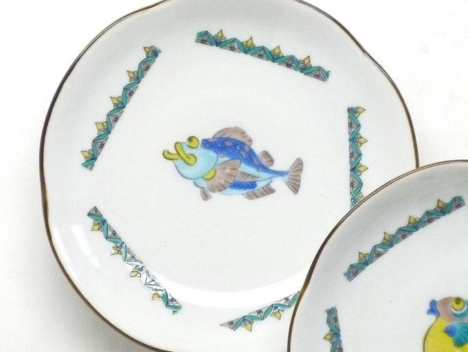 九谷焼通販 おしゃれな皿揃え 小皿 魚紋絵変り 4寸梅型 裏絵 正面の図