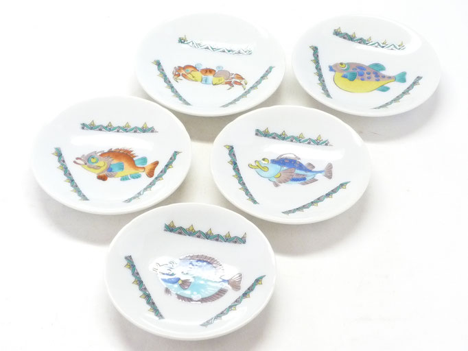 九谷焼通販 おしゃれな皿揃え 小皿 魚紋絵変わり 3寸花弁型 正面の図