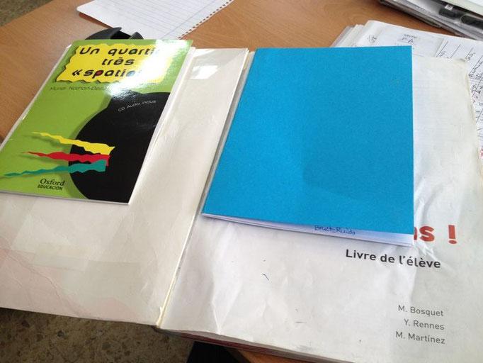 Así nunca se te perderán las cosas: todo grapado al libro de texto.