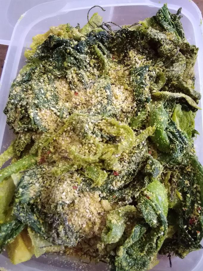 タカナの古漬け。下漬けした高菜をぬかとウコンで二度づけ。