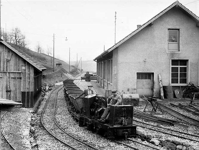 Diesellok mit Loren vor der 1941 erbauten Werkstätte.