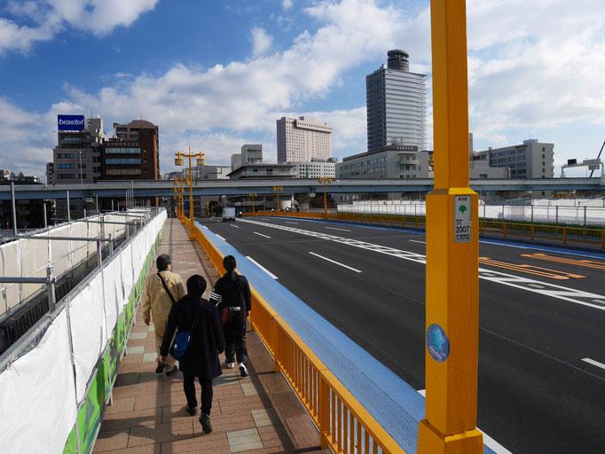 蔵前橋を渡ります。