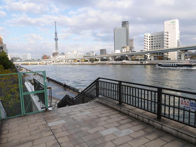 隅田川テラスに降ります。