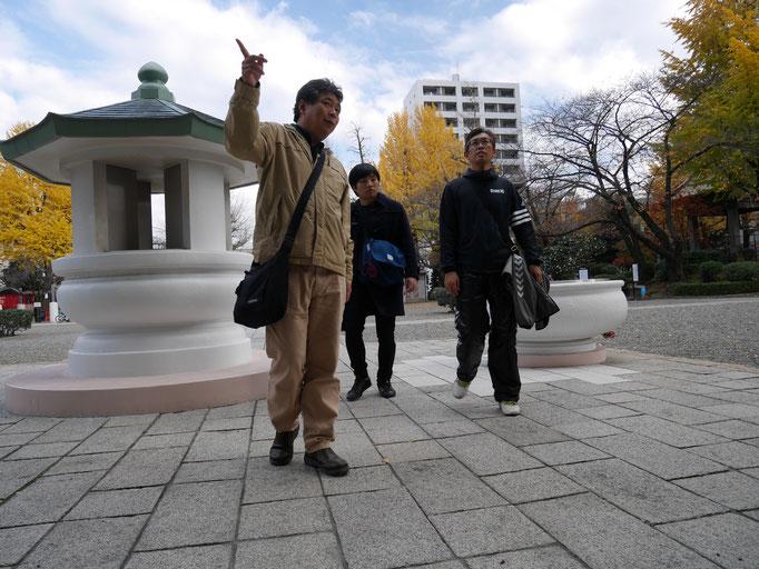 東京慰霊堂について、説明する小林さん。