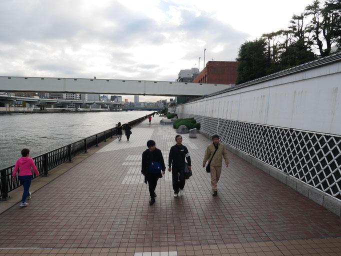 隅田川テラスを歩く三人。