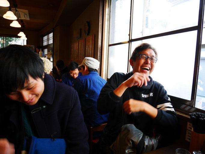 元楽店内にて、大笑いする太田。