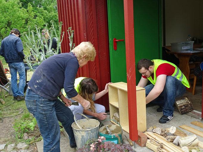 Lehmarbeiten an einem Gefach. Foto: Helmut Gille