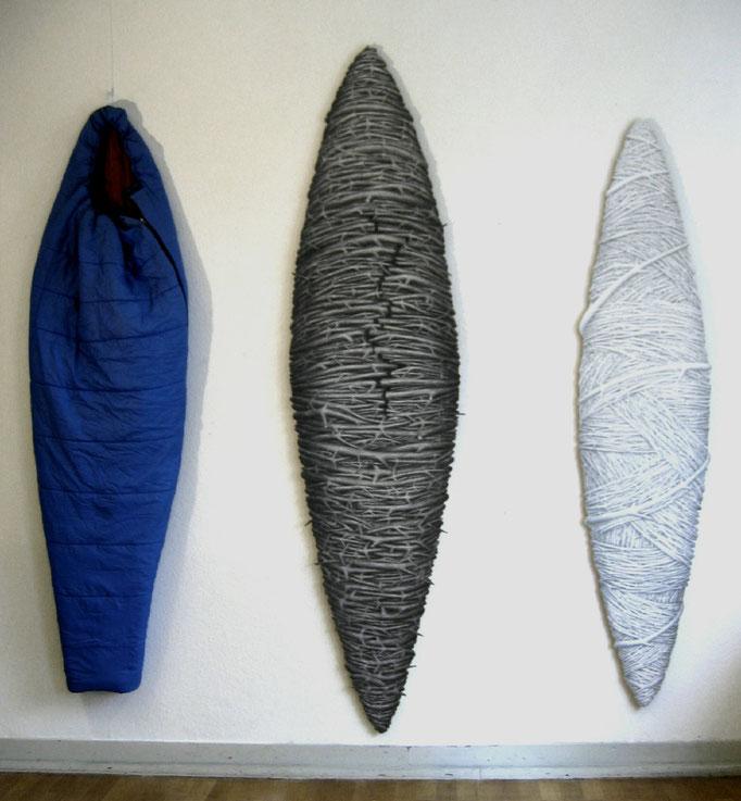 Exodus (Lampedusa), 2010, Bleistift auf Papier auf Holz, Schlafsack. Maße (von li. nach re.):220 x 63 cm, 258 x 65 cm, 214 x 49 cm.