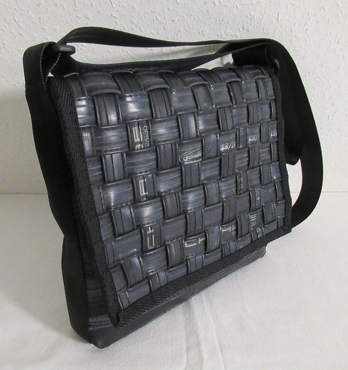 Messenger-Tasche-Umhängetasche-gewebt-recycelt-Fahrradschlauch-Marion Kienzle Upcycling & Design-Unikat-nachhaltig-handmade-