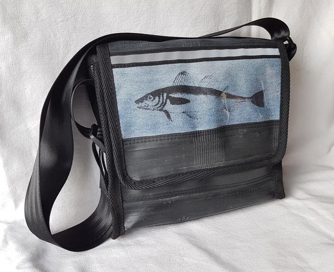 Messenger-Tasche-recycelt-Fahrradschlauch-Denim-Siebdruck-Reflektor-Marion Kienzle Upcycling & Design-Unikat-nachhaltig-handmade-