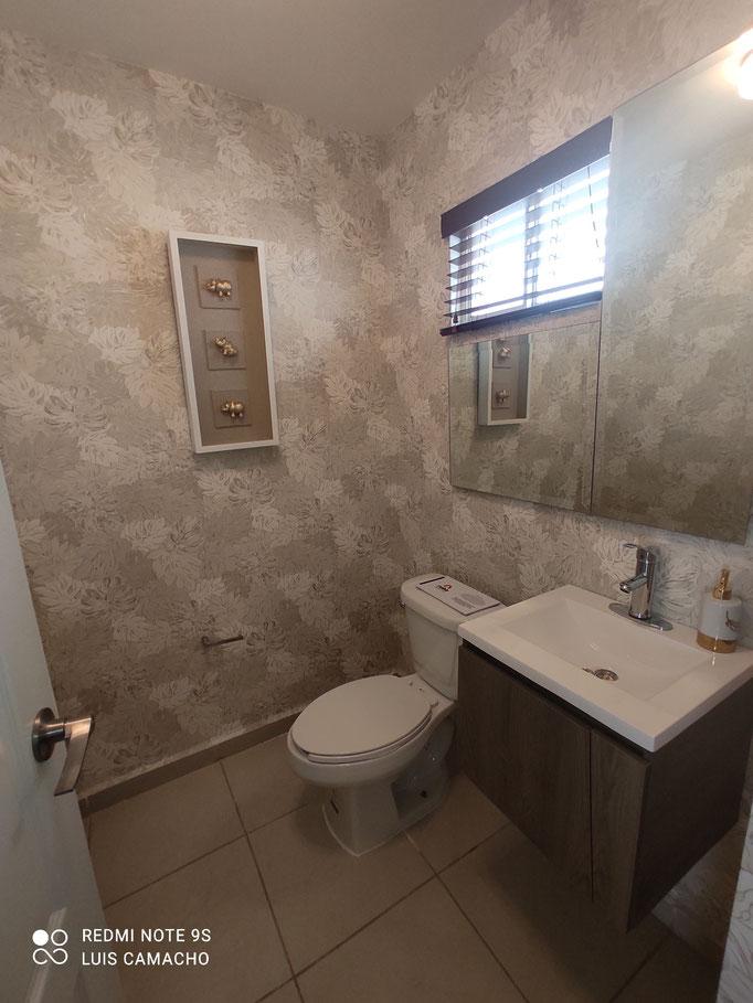 cuenta con amplios baños