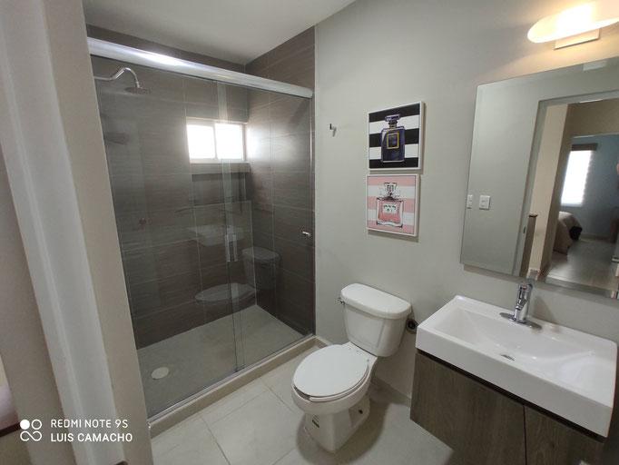 baño compartido de casa modelo veneto brianzzas residencial escobedo nuevo leon