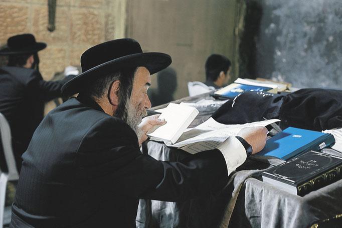 Judaísmo. Origen: Abrahán y Moisés. Dios: Yahvé. Lugar de oración: Sinagoga. Festividades: Pascua judía y fiesta de las tiendas. Libros: La Torá y el Talmud.