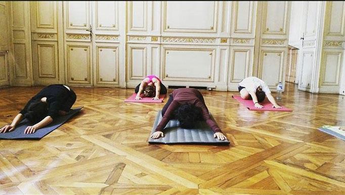 Etirement en cours de Pilates en entreprise