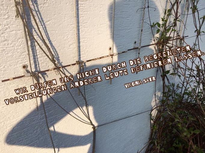Wir dürfen uns nicht durch die begrenzten Vorstellungen anderer Leute definieren lassen. Virginia Satir