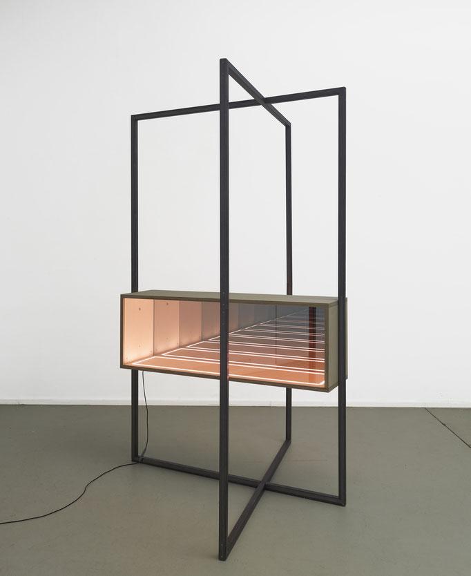I 02_5-2016, Stahl, Holz, halbdurchlässiger Spiegel, Floatglas, LED, elektronische Steuerung, 260x165x180cm