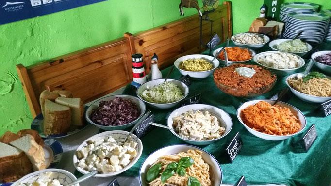 Zu den leckeren Salaten gab es noch gegrilltes Fleisch und Fisch