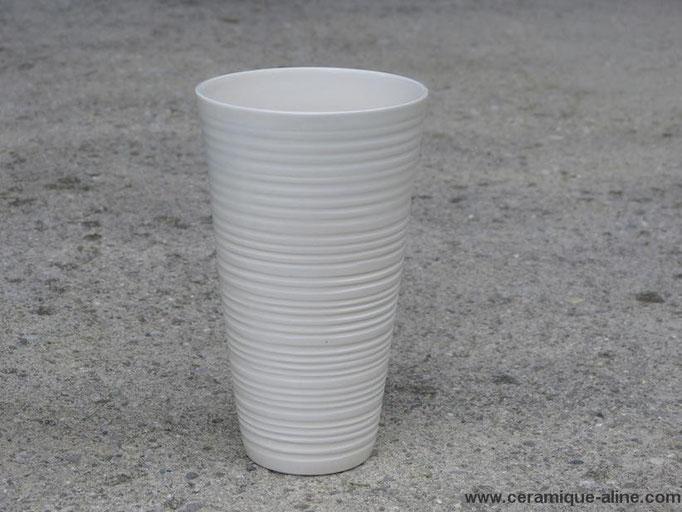 Vase avec paroi extérieure en relief. Porcelaine avec émail transparent intérieur et extérieur.