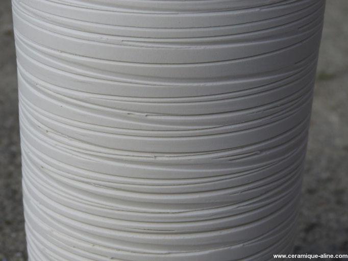 Détail - Vase avec paroi extérieure en relief. Porcelaine.