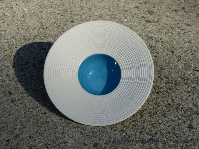 Intérieur turquoise émaillé transparent. Bord et extérieur non émaillés.