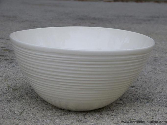 Saladier avec paroi extérieure en relief. Porcelaine avec émail transparent intérieur et extérieur.