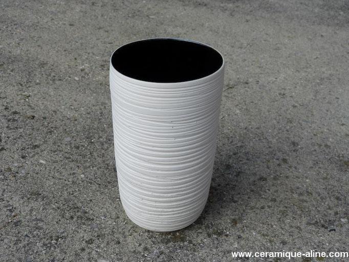 Vase avec paroi extérieure en relief. Porcelaine avec émail noir intérieur.