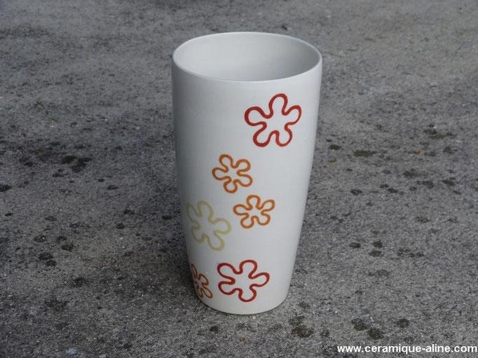 Vase avec paroi extérieure décorée. Porcelaine avec émail transparent intérieur et extérieur.