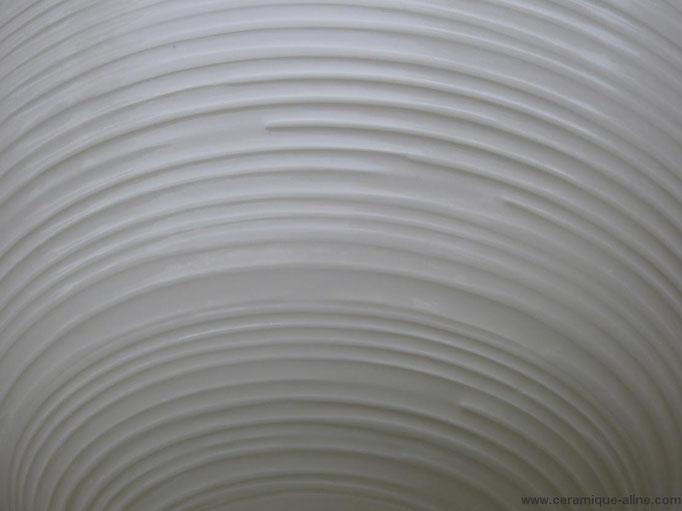 Détail d'un Saladier avec paroi extérieure en relief. Porcelaine avec émail transparent intérieur et extérieur.