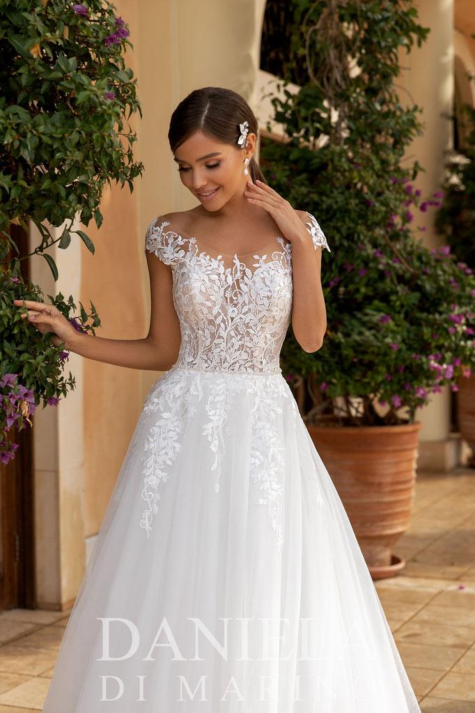 romantisches Prinzessinnen Brautkleid, großer Tüllrock, kleiner mit Perlen besetzter Gürtel setzt Highlight an der Taille, franz. Spitze