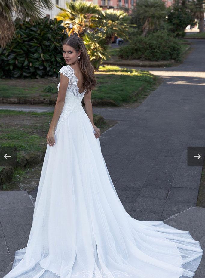romantisches Brautkleid, A-Linie, französische Spitze, tiefer V-Auschnitt, V-neckline, fließender Tüllrock, angeschnittener Arm