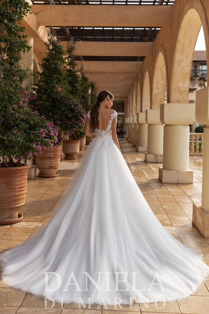 Dieses romantische Prinzessinnen Brautkleid hat einen großer Tüllrock, kleiner mit Perlen besetzter Gürtel setzt Highlight an der Taille, franz. Spitze